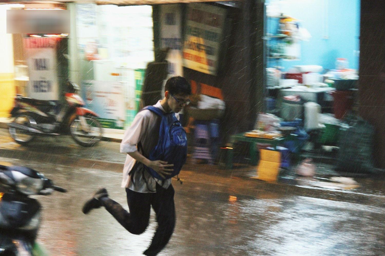 Sau bao ngày nắng nóng đổ lửa, Hà Nội đã có mưa trên diện rộng