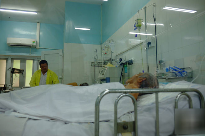 Sau câu hỏi cha chết chưa, vợ chồng con trai bỏ mặc cha già thoi thóp tại bệnh viện Gia Định