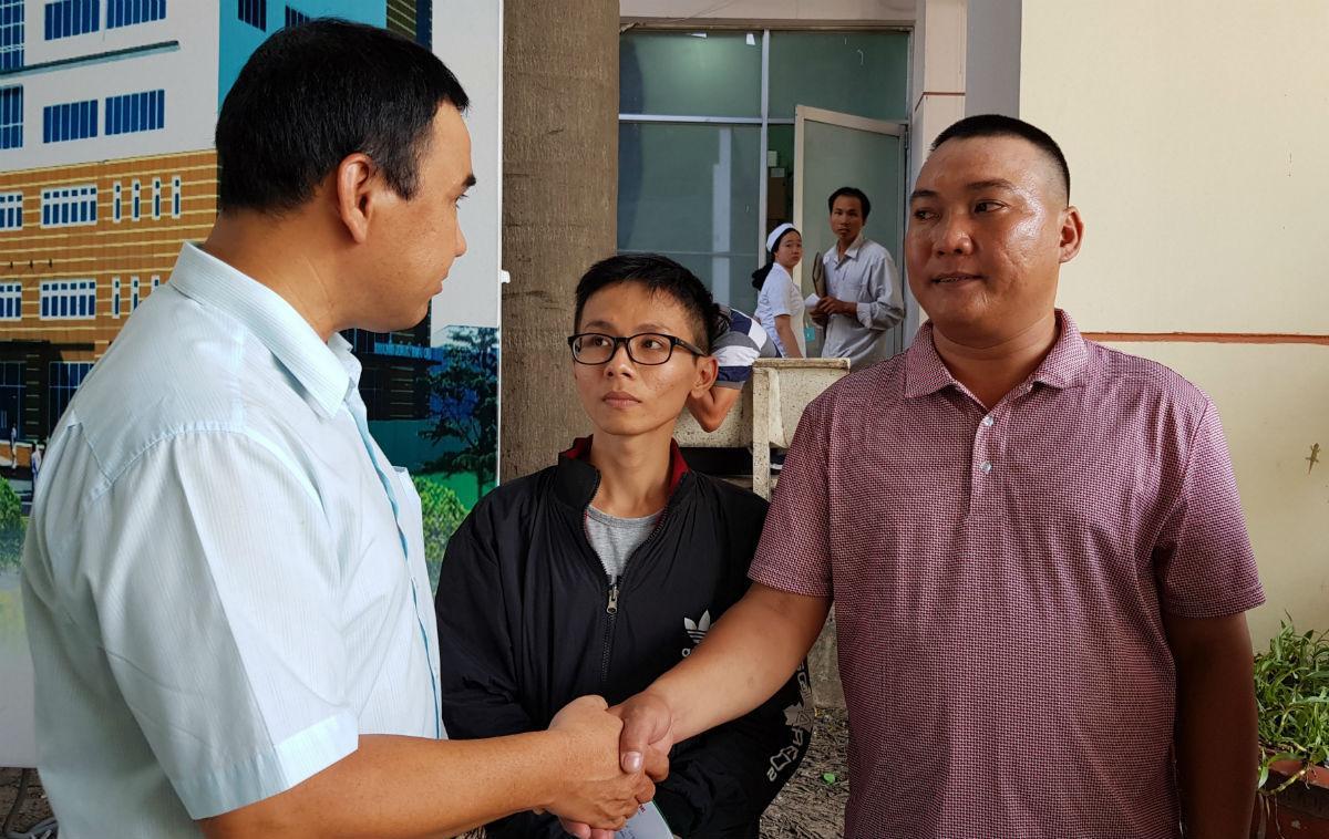 MC Quyền Linh viếng 2 hiệp sĩ vừa qua đời, thăm hỏi 3 hiệp sĩ bị trọng thương