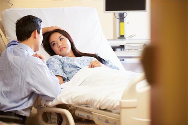 Đau thắt lòng khi chứng kiến cảnh ngày ngày chồng vào viện chăm nom người tình ốm nặng