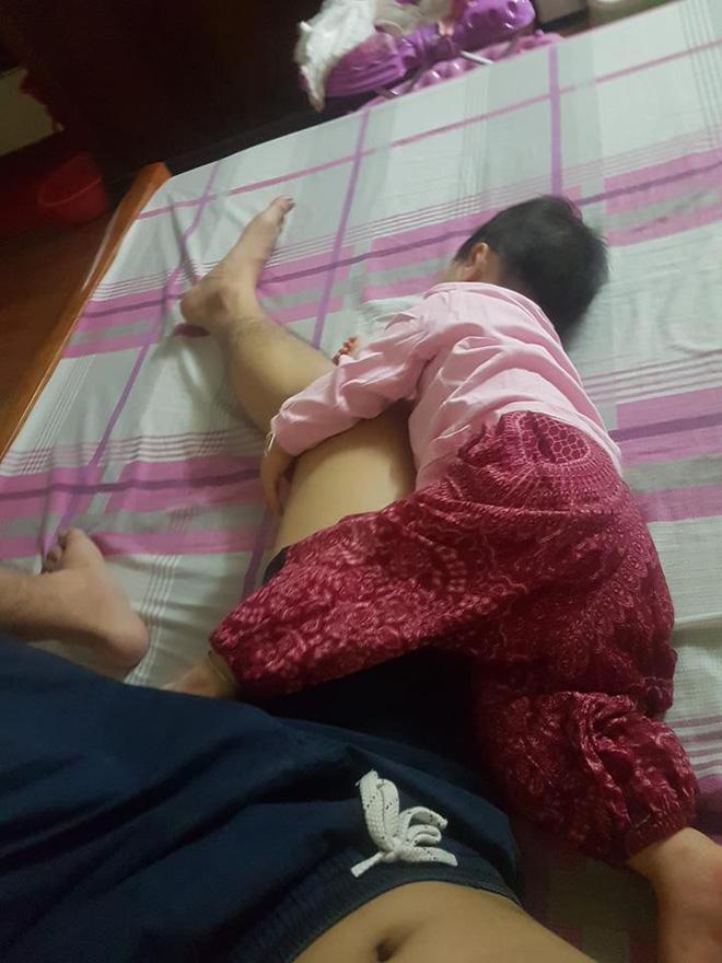Đêm hè mất điện, mẹ giật mình dậy không thấy con gái đâu, hóa ra đang quấn chặt chân bố ngủ thế này