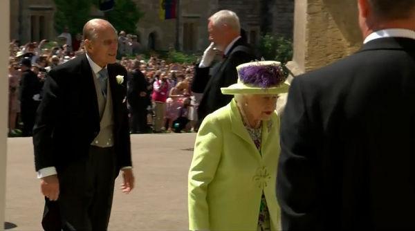Hoàng tử Harry hôn vợ trước lễ đường