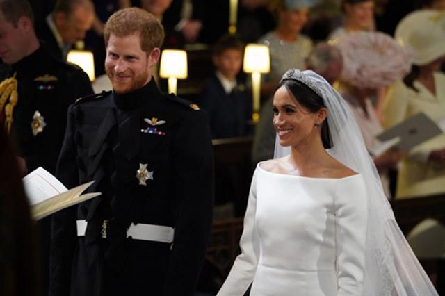 Dở khóc dở cười chồng vào phòng thấy vợ đang mặc váy cưới xem trận đám cưới Hoàng gia