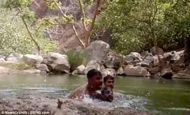 3 thanh niên vô tình đặt camera quay cảnh chính mình chết vì đuối nước - 1