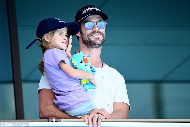 Thor Chris Hemsworth đáng yêu không tả nổi khi cùng các con nhảy theo hit của em dâu Miley