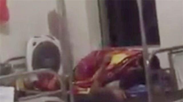 Nóng mắt với cảnh cặp đôi ôm nhau, hôn hít ngay trên giường bệnh viện giữa bốn bề bệnh nhân