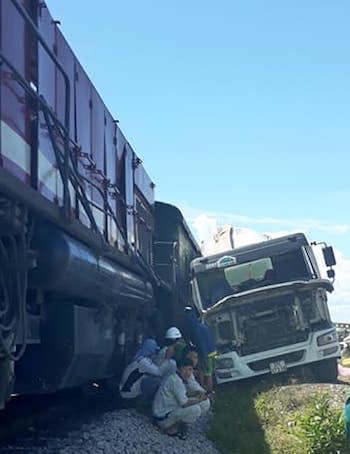 Tàu hàng đâm xe bồn, đường sắt tê liệt hơn một giờ