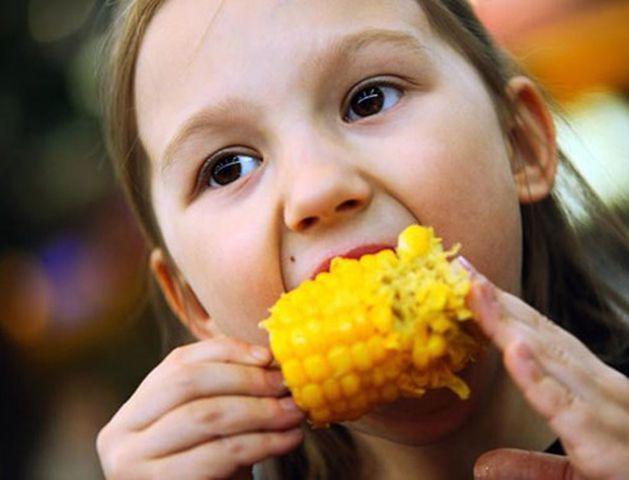Bé 13 tháng tuổi bục dạ dày vì mẹ cho ăn ngô: 6 người cấm ăn không chỉ trẻ nhỏ