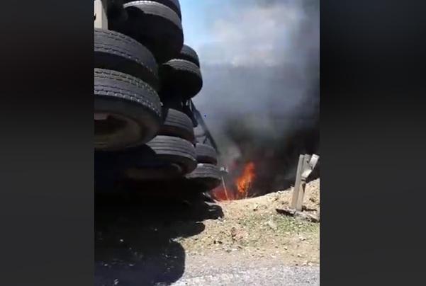 Quảng Trị: Xe chở gỗ dăm lật, cháy dữ dội, tài xế lao xuống đường