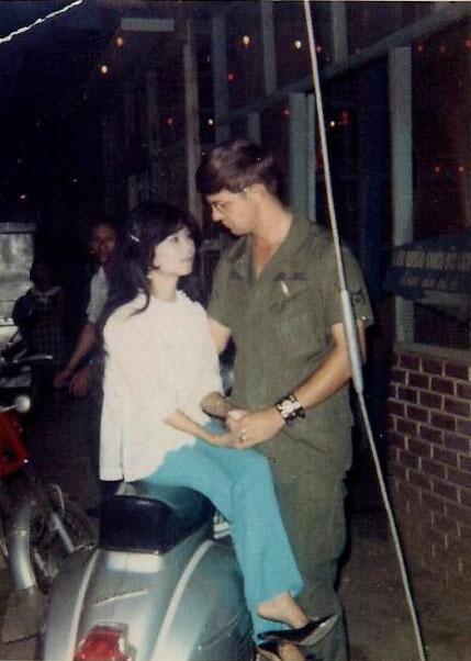 Bức ảnh lính Mỹ và cô gái Việt xôn xao mạng xã hội - Câu chuyện thật phía sau còn cảm động hơn những gì chúng ta đọc được trên mạng