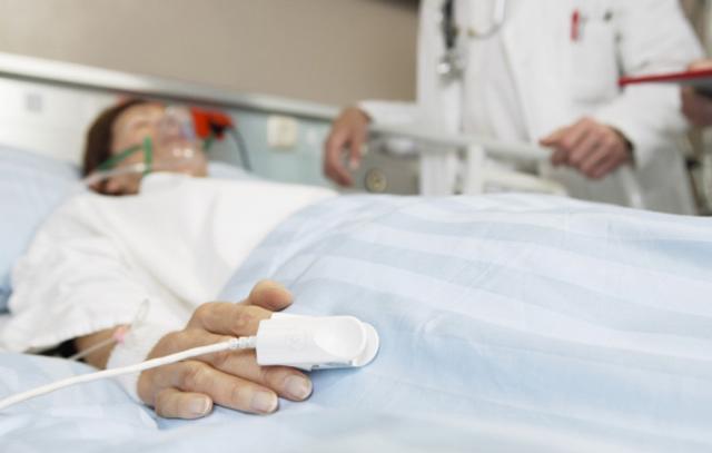Người phụ nữ bỗng bất tỉnh vì tiếc miếng dưa lâu ngày: 4 điều phải nhớ tránh rước bệnh