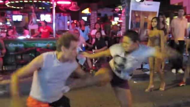 Thái Lan: Khách Tây bị nhóm phụ nữ đấm đá hội đồng ở phố đèn đỏ
