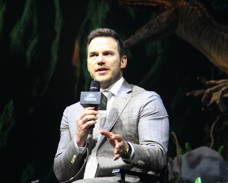Chris Pratt kể chuyện phải ngâm mình trong nước tiểu của ekip khi quay Jurassic World