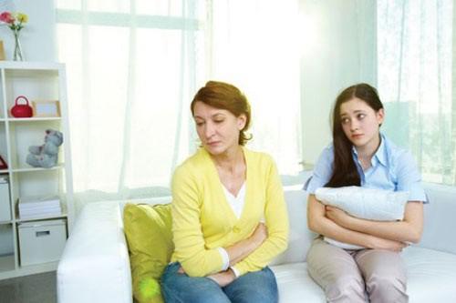 Con dâu lên mạng kể chuyện bị mẹ chồng đánh vì để chổi sai chỗ, muốn ăn cơm thì bị bắt bẻ: Tính ăn hết phần chồng mày à?