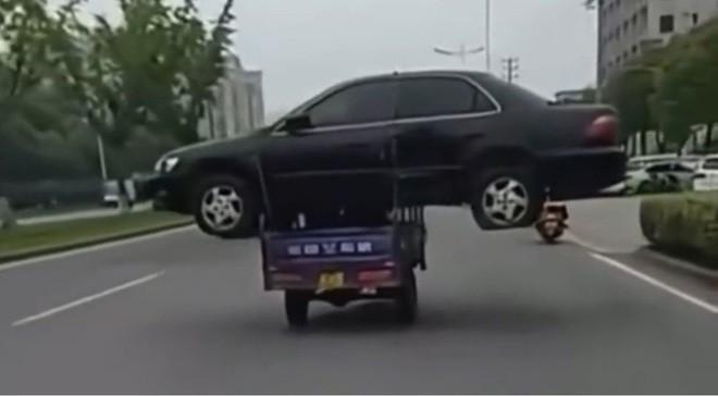 Trung Quốc: Thanh niên bị phạt 1300 tệ vì chở nguyên một chiếc ô tô bằng xe ba gác