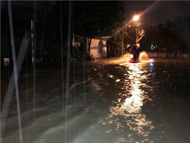 Sài Gòn ngập kinh hoàng trong cơn mưa giữa đêm