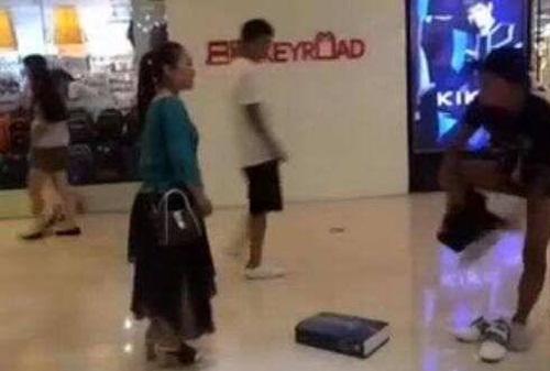 Cãi nhau tại trung tâm thương mại, cặp đôi thi nhau lột đồ