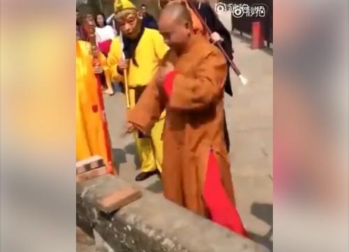 Võ sư Thiếu Lâm thi triển màn Nhất dương chỉ gây bão tại Trung Quốc