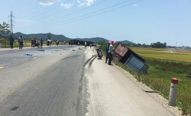 Tai nạn liên hoàn, 2 xe tải lật, 1 xe khách lao xuống ruộng làm 10 người bị thương