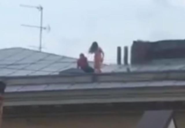 Cặp đôi mây mưa cuồng nhiệt trên mái nhà tầng 4, tưởng sắp rơi xuống đất đến nơi