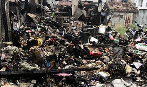 Nhiều tiểu thương bất lực nhìn hàng hóa cháy rụi