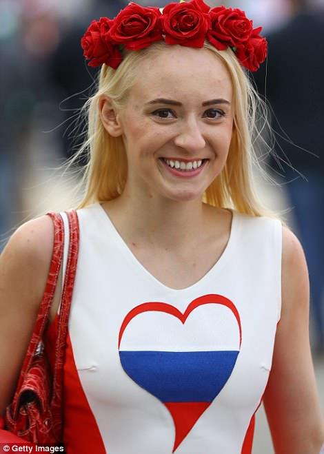 Cổ vũ World Cup: Gái đẹp nước Nga gợi cảm mê hồn, Ả Rập Saudi kín như bưng