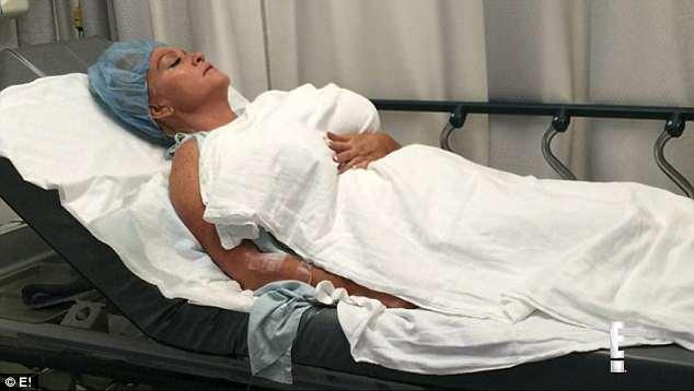 Nghiện bơm ngực, người phụ nữ phát hoảng cầu cứu bác sĩ
