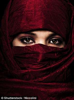 Cưới nhau xong, hoảng hồn thấy vợ mọc râu, nói giọng đàn ông
