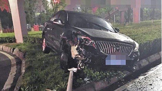 Cổ động viên Trung Quốc đau tim, say xỉn, đâm xe khi cháy cùng World Cup