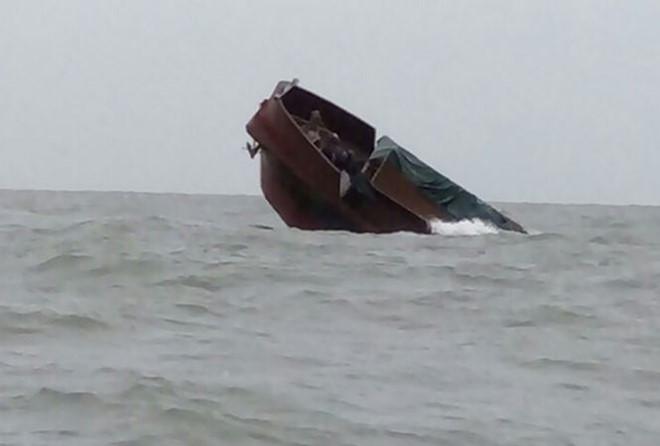 Tàu Trung Quốc chở 116 tấn thịt trâu chìm trên biển ở Móng Cái