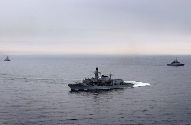 Hai tàu chiến Nga bị khu trục hạm Anh ráo riết đeo bám trên biển
