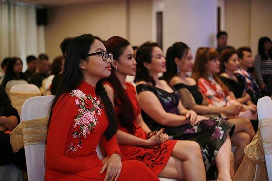 Phương Mỹ Chi bất ngờ xuất hiện trong liveshow kỉ niệm 10 năm ca hát của Nam Cường