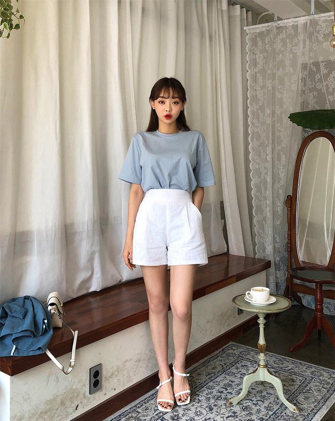 Quần shorts vải nhẹ tênh nhìn đơn giản mà diện được đủ kiểu, từ trẻ trung năng động đến bánh bèo điệu đà