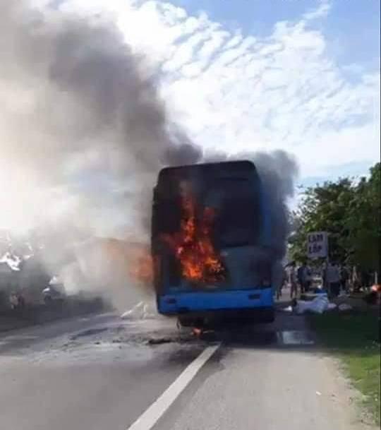 Hà Tĩnh: Xe khách giường nằm bất ngờ cháy dữ dội, 40 hành khách thoát chết