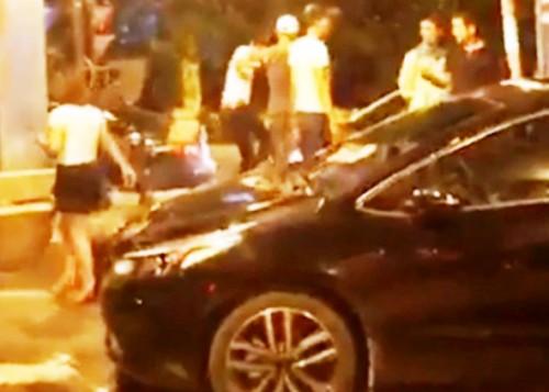 Phản đối trạm BOT đặt sai vị trí, nam tài xế bị người lạ hành hung