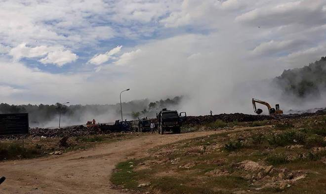 Cháy lớn 3 ngày ở bãi rác, hàng chục người ngộ độc khói