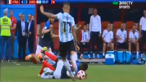 Otamendi cay cú cố tình chơi xấu Pogba đã nằm sân