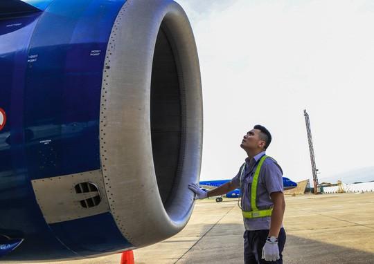 Vã mồ hôi xem nhân viên hàng không làm việc trong cái nóng 50 độ C