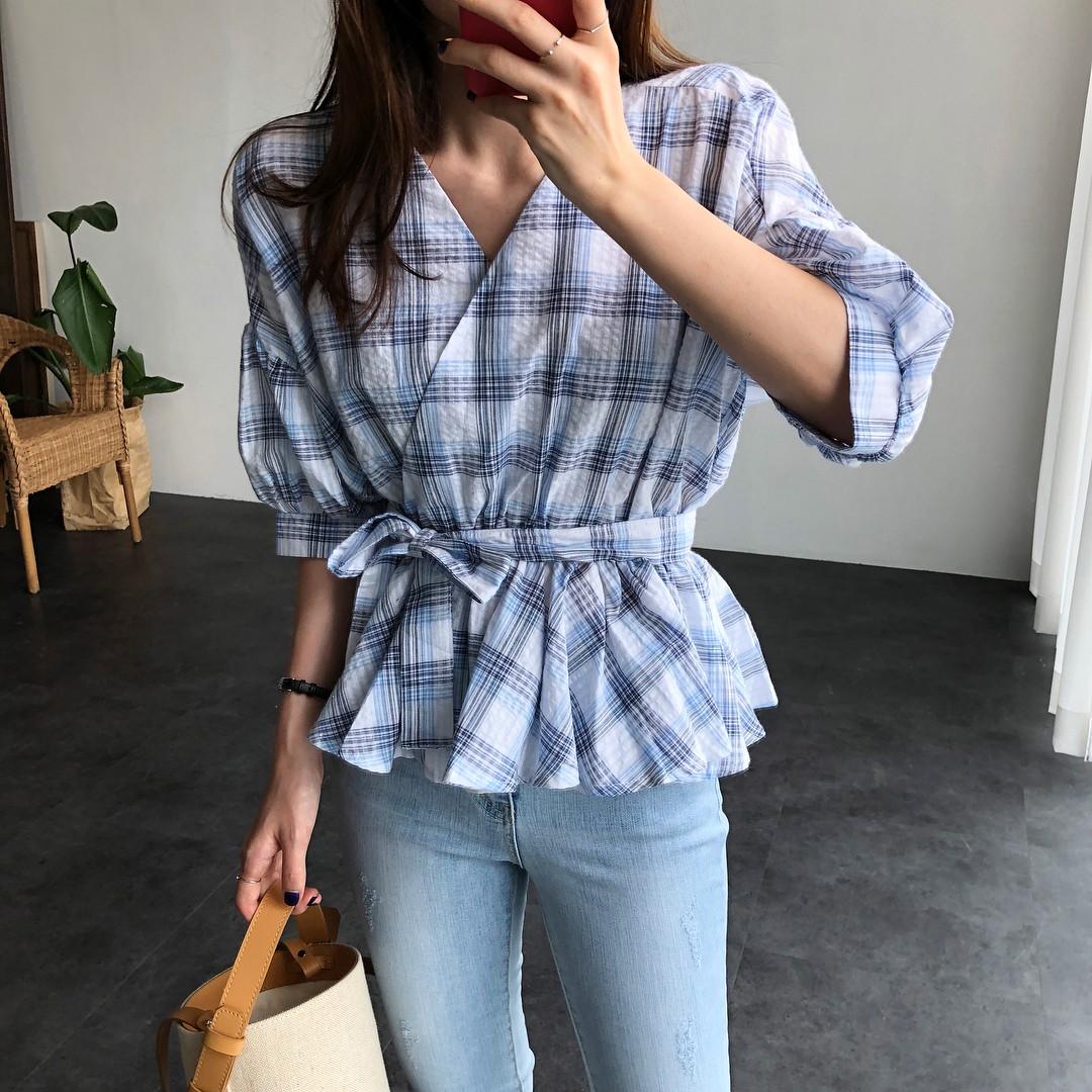 Chỉ với chi tiết dây buộc đơn giản mà có ít nhất 4 kiểu áo trendy siêu xinh và tôn dáng