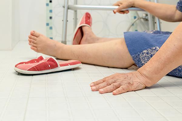 Vừa vào nhà tắm vài phút, người đàn ông bỗng ngã khuỵu xuống nền vì không nghe vợ dặn