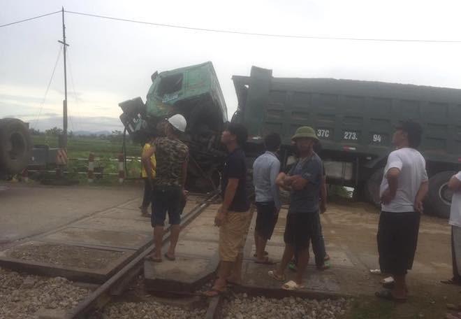 Chết máy trên đường ray, xe hổ vồ bị tàu hoả tông bay