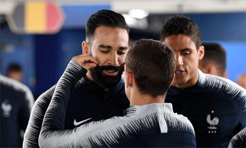 Griezmann vuốt râu Rami để lấy may cho tuyển Pháp