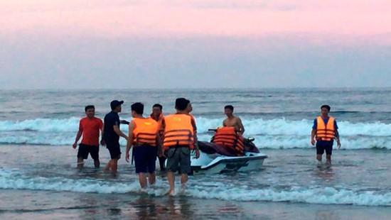 Thanh Hóa: Sóng đánh lật phao, cuốn trôi 4 người khi tắm biển