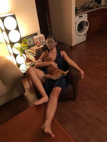 Về nhà thấy vợ đắp mặt nạ sợ 1 thì khi bước vào toilet, ông chồng này chỉ muốn... bỏ đi luôn!
