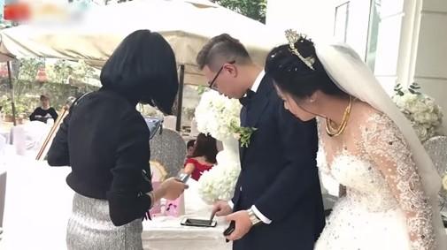 Đám cưới thời công nghệ, quẹt thẻ thay phong bì: Thiệp hồng trao tay, quẹt ngay vài lít xôn xao MXH hôm nay
