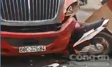 Tông trực diện xe đầu kéo container, người chạy xe máy chết tại chỗ