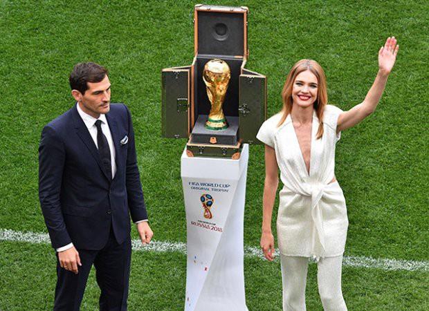 Siêu mẫu Nga rước cúp vàng World Cup 2018 đã là gái 5 con trông vẫn mòn con mắt