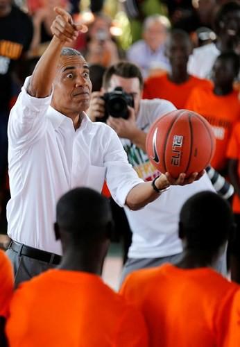 Ảnh: Cựu Tổng thống Mỹ Obama vui vẻ về thăm quê hương Kenya