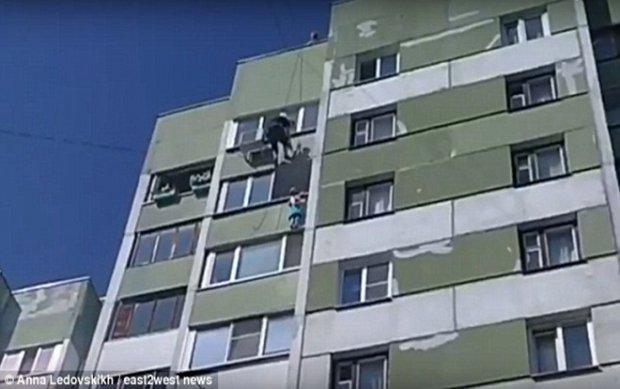 Rơi từ cửa sổ tầng 4, cậu bé thoát chết khó tin