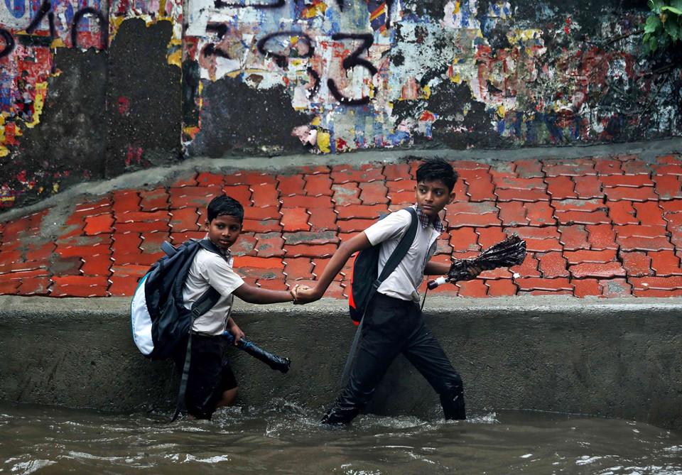 Ảnh: Mưa lớn ở Ấn Độ làm nhà đổ, đường ngập, 82 người chết